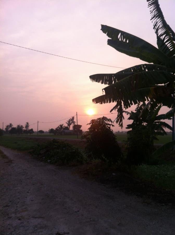 Schöner Sonnenuntergang an meinem Dorf lizenzfreie stockbilder