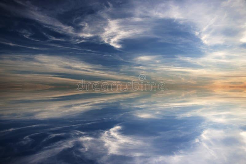 Schöner Sonnenuntergang mit vollkommener Wasserreflexion stockfotos