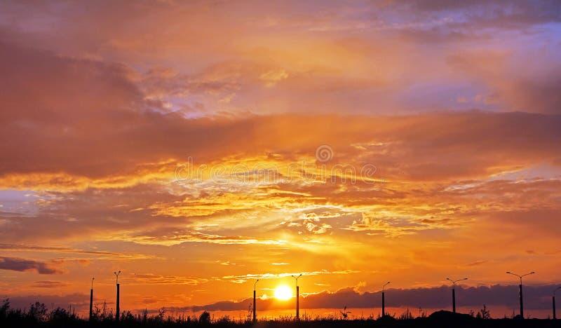 Schöner Sonnenuntergang Orange Wolken auf Sonnenuntergang lizenzfreie stockfotografie