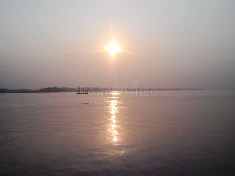 schöner Sonnenuntergang in Padma-Fluss lizenzfreies stockbild