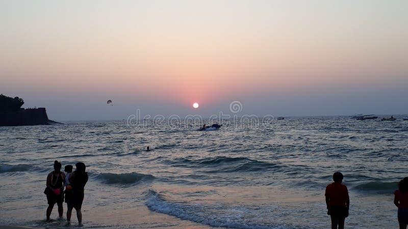 Schöner Sonnenuntergang sinquerim Strand stockbild