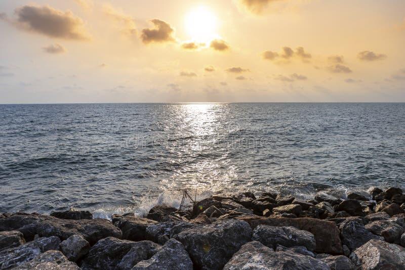 Schöner Sonnenuntergang am Strand in Thailand, Steinstrand stockfoto