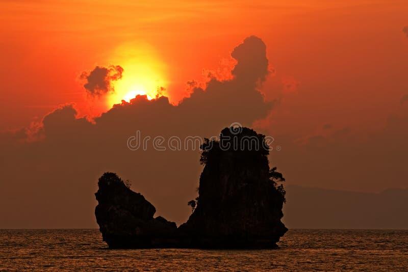 Schöner Sonnenuntergang Tanjung Rhu am Strand, Andaman Meer lizenzfreie stockbilder