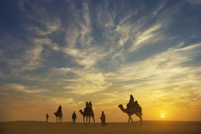 Schöner Sonnenuntergang an Thar-Wüste mit Kamelwohnwagen, jaisaimer, ind lizenzfreie stockfotografie