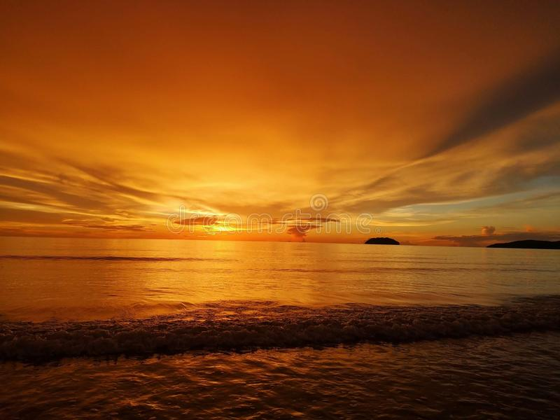 Schöner Sonnenuntergang und bunte Ansichten lizenzfreie stockbilder