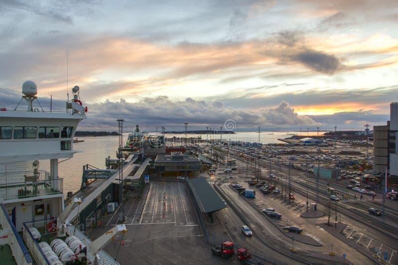 Schöner Sonnenuntergang und Hafengebiet, die beschäftigten modernen Industriehafen, Transport, internationaler Handel, Helsinki,  stockbilder