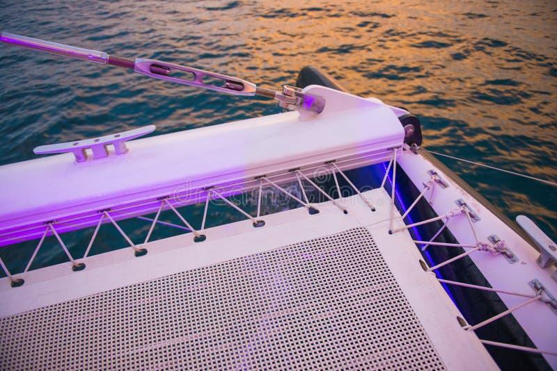 Schöner Sonnenuntergang vom Luxusboot lizenzfreies stockfoto