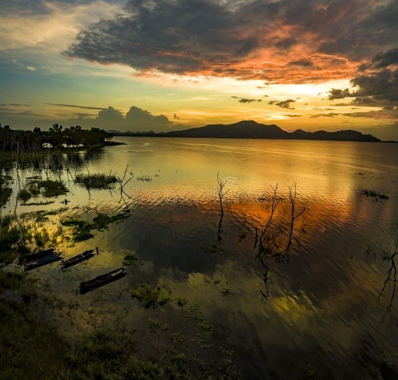 Schöner Sonnenunterganghimmel an bangpra Wasserreservoir chonburi Ost von Thailand lizenzfreies stockfoto
