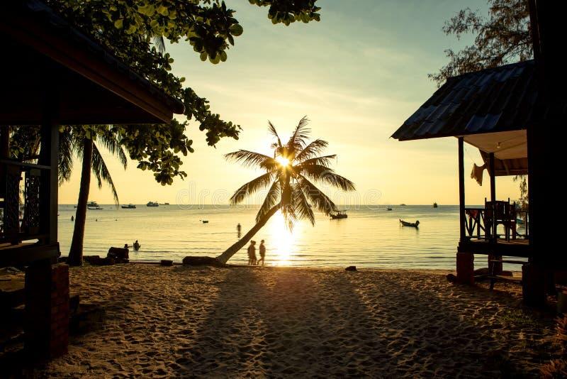 Schöner Sonnenunterganghimmel in KOH Tao-Insel eine des meisten populären reisenden Bestimmungsortes in südlichem von Thailand lizenzfreies stockfoto