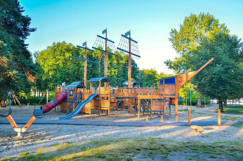Schöner Spielplatz für Kinder auf dem See lizenzfreie stockbilder