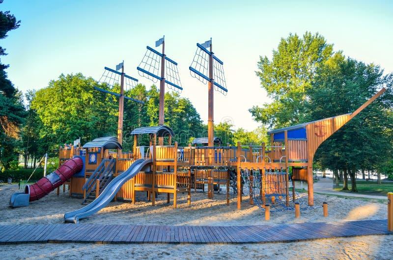 Schöner Spielplatz für Kinder auf dem See lizenzfreies stockbild