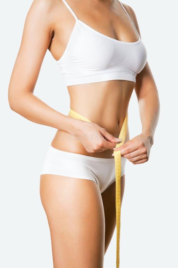 Schöner sportlicher Frauenkörper mit Maß stockfotos