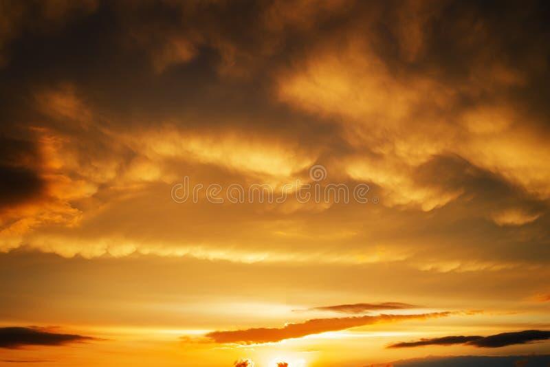 Schöner stürmischer Sonnenunterganghimmel Bewölkter Hintergrund lizenzfreie stockbilder