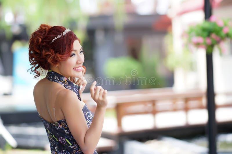 Schöner Stand der jungen Frau allein am Café im Freien stockbild