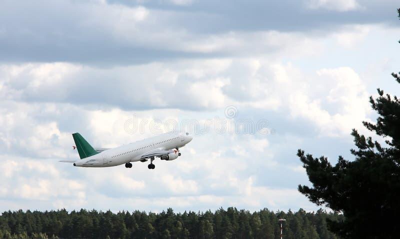 Schöner Start eines großen Passagierflugzeugs lizenzfreies stockfoto