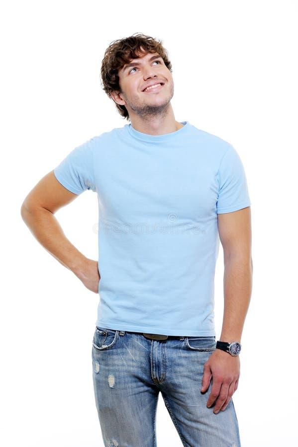 Schöner stattlicher Kerl in den casuals, die oben schauen lizenzfreie stockbilder