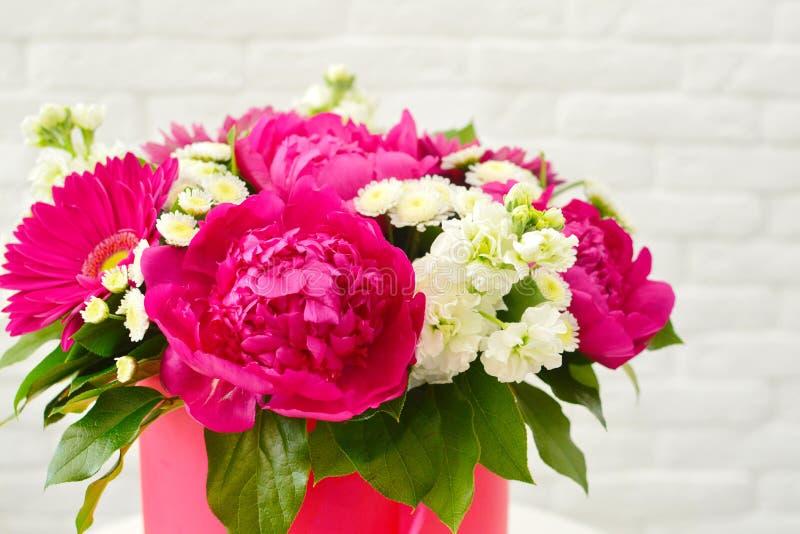 Schöner stilvoller Blumenstrauß von Blumen mit pionies stockfotografie
