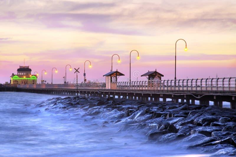Schöner Strand an der Dämmerung stockfotografie