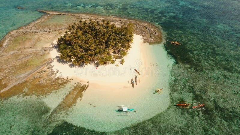 Schöner Strand der Vogelperspektive auf Tropeninsel Guyam-Insel, Philippinen, Siargao stockbild