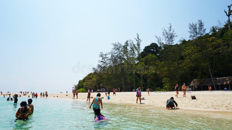 Sch?ner Strand, klares Wasser und wei?er Sand Leute entspannen sich auf dem Strand Feiner wei?er Sand, Palmen und T?rkiswasser stockbilder