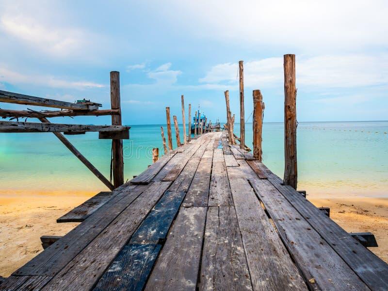 Schöner Strand mit blauem Himmel und einem Boot auf dem Dock lizenzfreie stockfotos