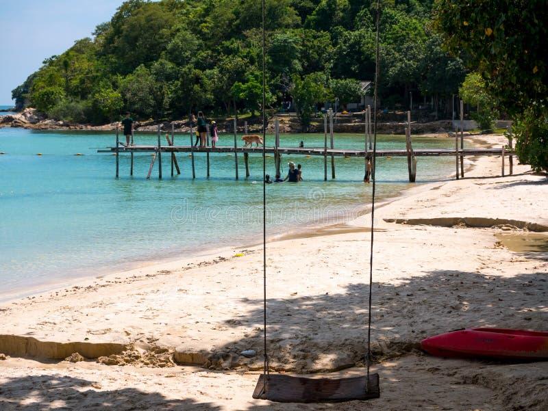 Schöner Strand mit blauem Himmel und einem Boot auf dem Dock lizenzfreies stockbild