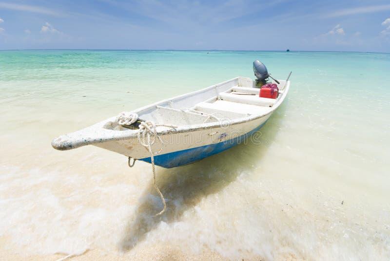 Schöner Strand mit Boot, perhentian Inseln in Malaysia lizenzfreie stockbilder