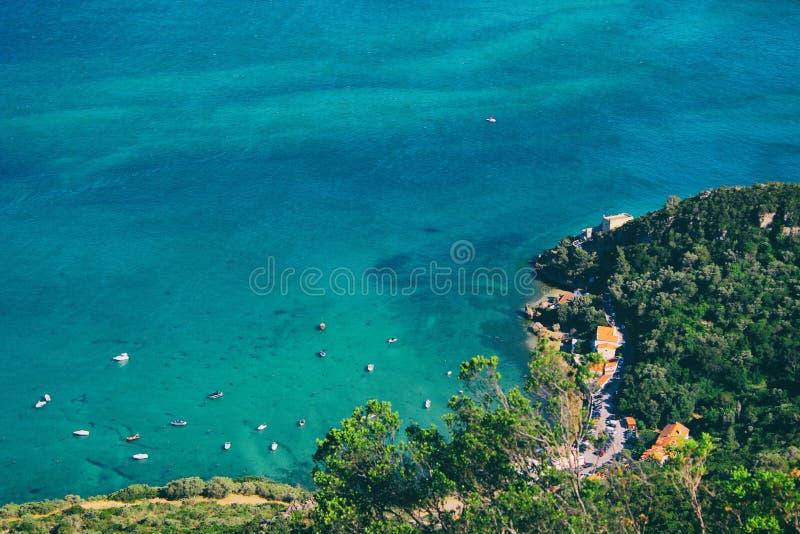 Schöner Strand in Portugal mit den Yachten schwimmend durch das Ufer und forrest auf dem Land stockfotos