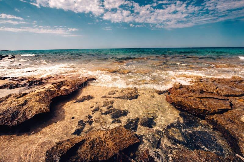 Schöner Strand spinnt das Schlagen der Felsen, szenische Tapete an der Küste stockfotografie