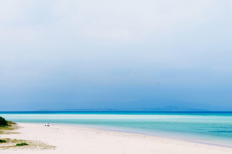 Schöner Strand und blaues Meer auf Taketomi, Okinawa, Japan lizenzfreies stockfoto
