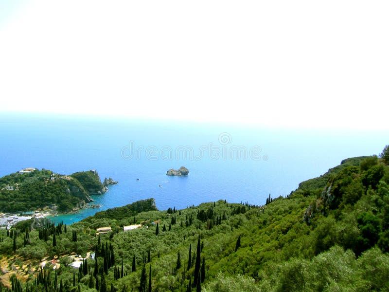 Schöner Strand und Boot in Paleokastritsa, Korfu-Insel, Griechenland lizenzfreie stockfotografie