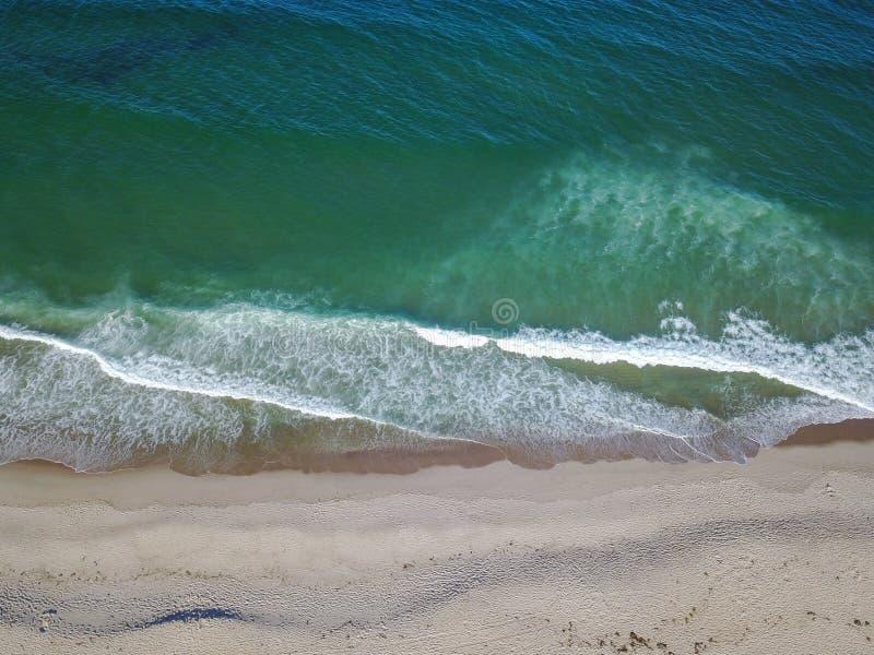 Schöner Strand und Ozean-Antenne lizenzfreie stockfotografie
