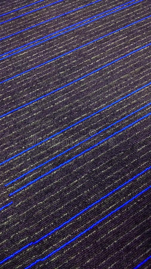 Schöner strukturierter Teppich mit blauen Linien stockfotografie