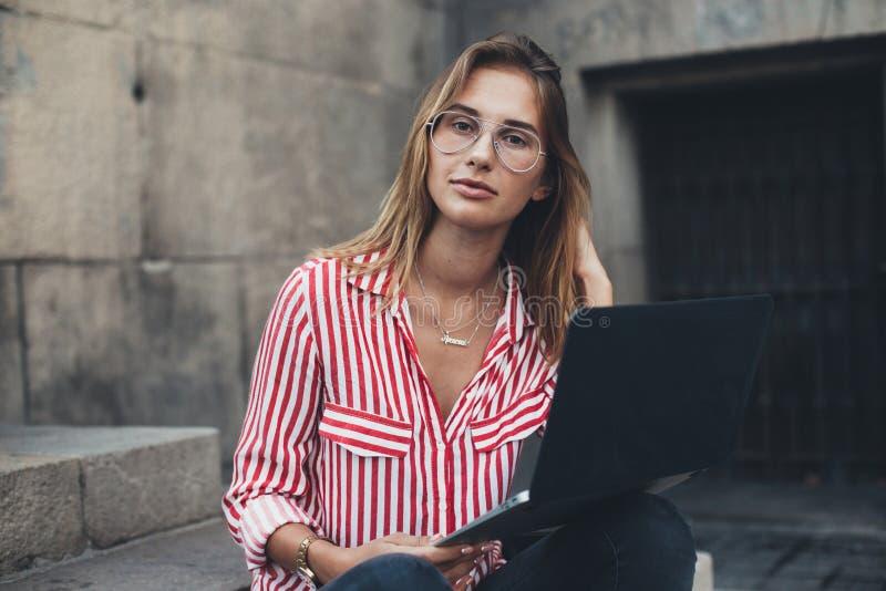 Schöner Student oder freiberuflich tätige Frau arbeitet entfernt lizenzfreies stockbild