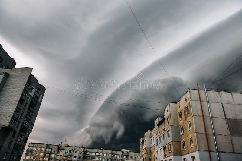 Schöner Sturmhimmel mit Wolken über der Stadt, Apocalypse mögen stockfotos