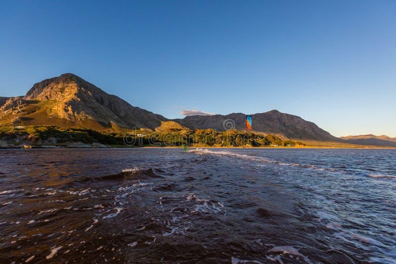 Schöner Surfer-Schuss am Ufer von Hermanus in Südafrika an sonnigen Tagen lizenzfreies stockbild