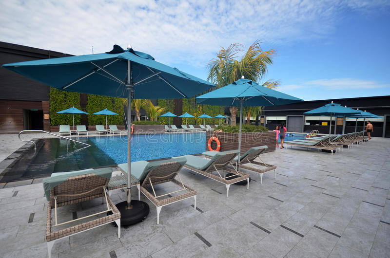 Schöner Swimmingpool in Hilton Hotel Kota Kinabalu, Malaysia lizenzfreies stockbild