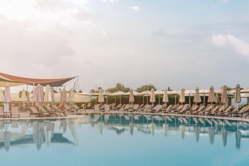 Schöner Swimmingpool im tropischen Erholungsort, Morgen, Abend, Sonnenaufgang, Sonnenuntergang stockfoto