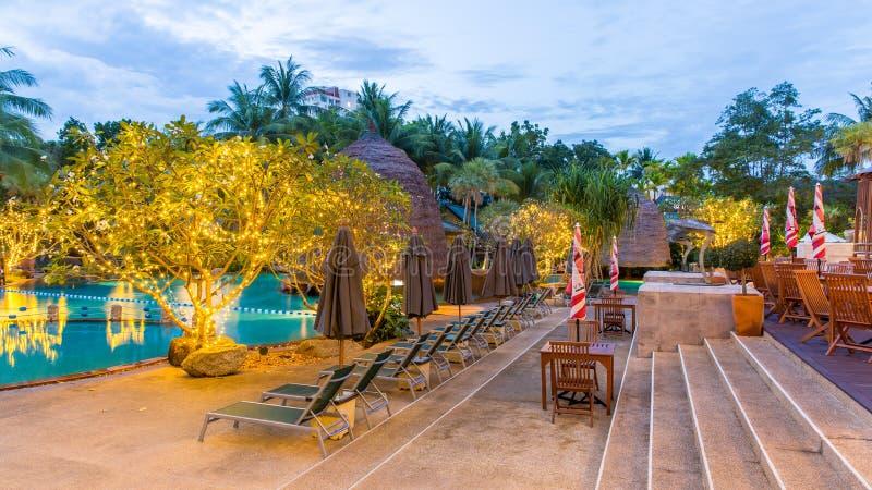 Schöner Swimmingpool im tropischen Erholungsort, Phuket, Thailand stockfotos