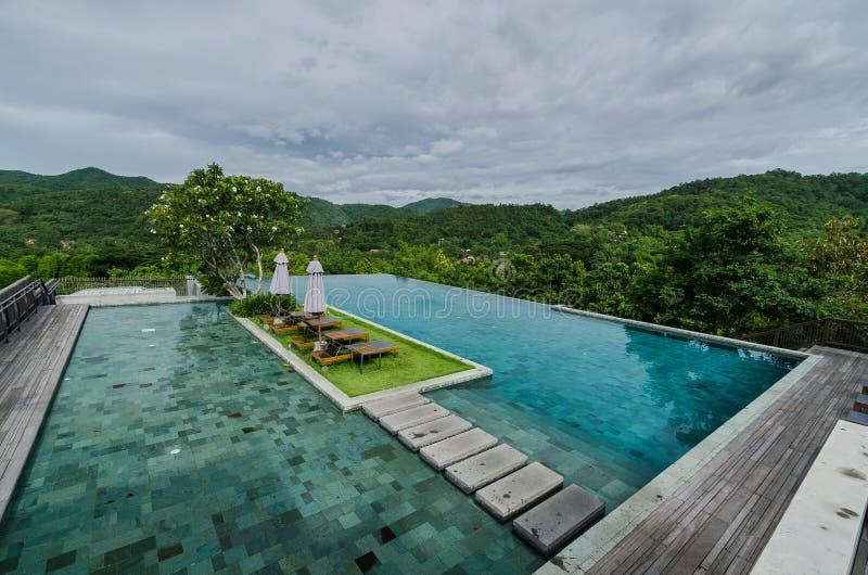 Schöner Swimmingpool mit Berg lizenzfreie stockfotografie