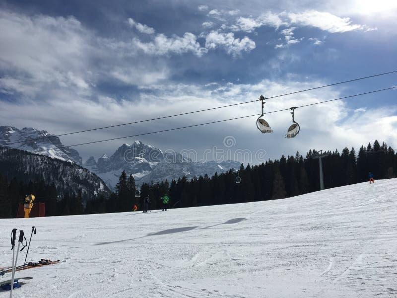 Schöner Tag für das Ski fahren lizenzfreie stockfotografie