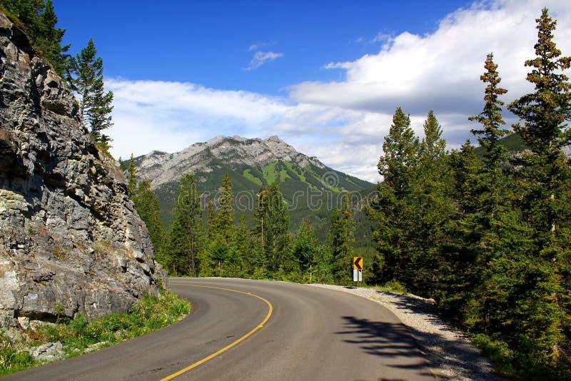 Schöner Tag für eine Autoreise: Szenische Landstraße in Banff Nationalpark/Kanada stockfotos