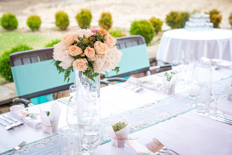 Schöner Tischschmuck für ein Gartenfest/eine Hochzeit lizenzfreies stockbild