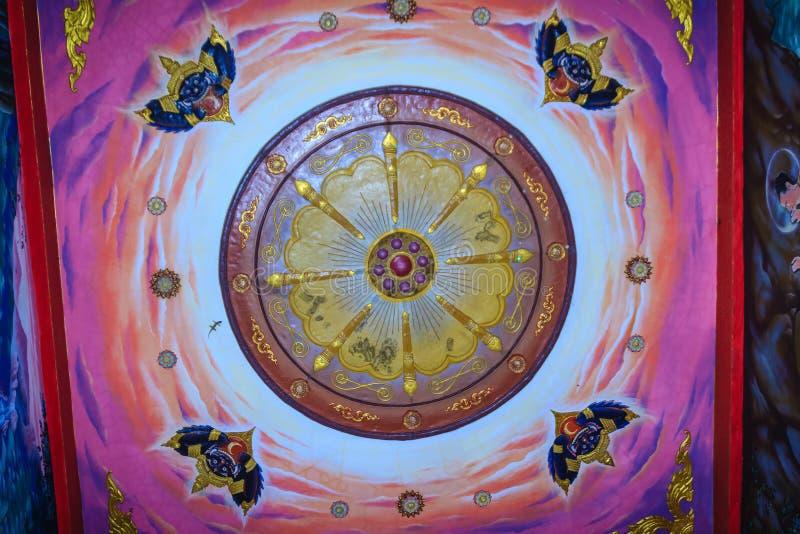 Schöner traditioneller goldener thailändischer Artstuck kopiert für dekoratives auf dem Deckenhintergrund am allgemeinen buddhist lizenzfreies stockbild
