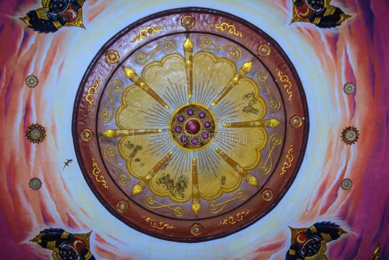 Schöner traditioneller goldener thailändischer Artstuck kopiert für dekoratives auf dem Deckenhintergrund am allgemeinen buddhist lizenzfreie stockbilder