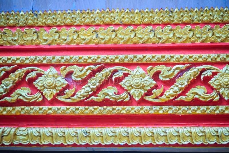 Schöner traditioneller goldener thailändischer Artstuck kopiert für dekoratives auf Wandhintergrund am buddhistischen Tempel in T stockbild