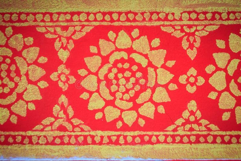 Schöner traditioneller goldener thailändischer Artstuck kopiert für dekoratives auf Wandhintergrund am buddhistischen Tempel in T lizenzfreies stockfoto