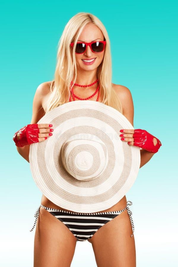 Schöner tragender Bikini und Sonnenbrille der jungen Frau stockfotografie