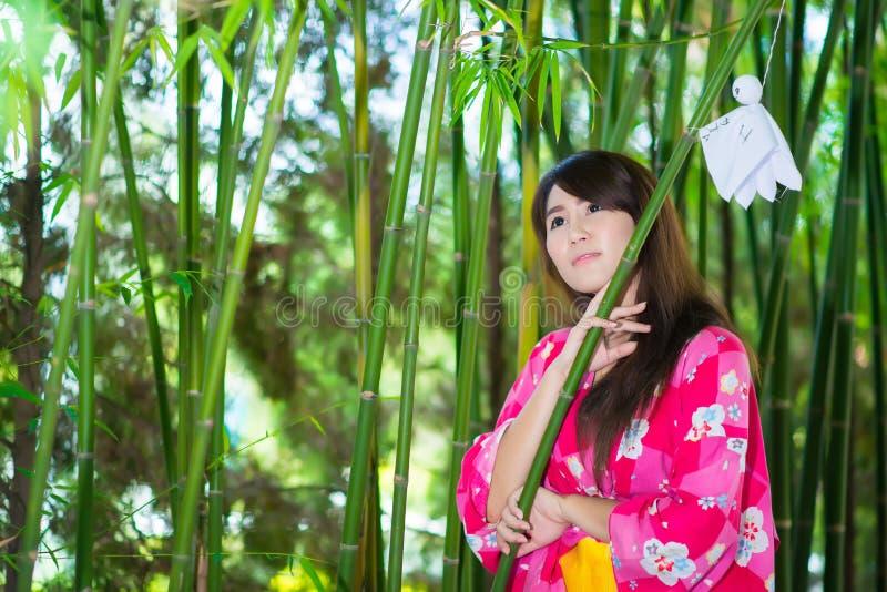 Schöner tragender Japaner Yukata der jungen Frau lizenzfreie stockfotografie