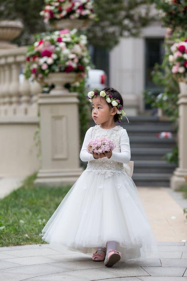 Schöner tragender Wreath Blume des jungen Mädchens lizenzfreies stockfoto